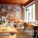 """Hamachi-ni означава """"Hamachi две"""" и """"към Hamachi"""", а много скоро ресторантът ще навърши и една година на новото си по-централно място на ул.""""Г. С. Раковски"""" 179. Интериорът съчетава модерен дизайн с открита кухня и зона в традиционен японски стил.Менютата са две и също представляват микс от класически суши предложения и модерна японска кухня. А под модерна японска кухня в Hamachi-ni разбират възможността да кривнат от правия път на традиционната кухня и нейните стриктни правила и кулинарни практики в посока фюжън. Храната е базирана на комбинации от японски продукти, но се презентира по съвременен европейски начин.Всичко за Бакхус StrEAT Fest вижте тук."""
