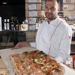 """""""Скъпи приятели,""""Da Bono focacceria pizzeria"""" предлага на вашето вкусово внимание традиционни фокачи от няколко района на Италия, пица """"Pala"""" и десерти. При нас може да опитате характерната за цяла Италия пица """"Pala"""" (пица на лопата), филони и ротоло от Наполи, сицилиански кренвиршки, фокача Романа, пицети рустичи и десерти като касата сичилиана и домашно тирамису.За да пресъздадем автентичния вкус и изживяването от италианската храна, използваме висококачествени италиански брашна и продукти за изготвянето на нашите кулинарни идеи. Истинската магия се постига благодарение на страхотния ни екип, начело с нашия майстор-пицар, който в продължение на 20 години черпи опит директно от старите майстори в Италия.Заповядайте при нас да опитате от магията. Предупреждаваме, че води до пристрастяване!""""Екипът на da BonoВсичко за Бакхус StrEAT Fest вижте тук."""