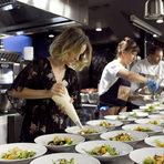 Първото ястие за вечерта беше отдадено на цветовете на есента: салата от зеленолистни, печен фенел, целина и тиква, мус от сирена, шам-фъстък и грозде.