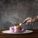 Бомба от цветя върху захарен памук с виолетки. Пълна с ядливи цветя, вода от портокалови цветчета и лек крем от лавандула.