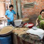 Приготвяне на оризови листчета.Цялата статия може да прочетете тук.