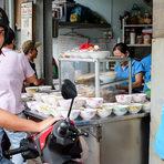 Приготвяне на уличната храна bun moc.Цялата статия може да прочетете тук.