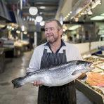 И на световния пазар, и у нас, рибата се превръща във все по-предпочитан източник на белтъчини благодарение на хранително-вкусовите и здравословните си качества. С отварянето на нови пазари, влизането в сила на международни търговски споразумения и подобряването на веригата на доставки по света и у нас рибата и рибните продукти присъстват все по-често в менюто ни. Последните изчисления на Организацията по прехрана и земеделие (Food and Agriculture Organization) към ООН сочат, че през изминалата година световната консумация на риба е достигнала за пръв път до рекордните 20 кг на човек на година.Цялата статия прочетете тук.