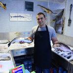"""Гръцка рибаДопреди няколко години магазинът се казваше """"Гръцка къща"""". Днес е """"Гръцка риба"""" - магазин за гръцки стоки и прясна риба, с различни собственици, но запазена формула, а тя е да е един добър квартален магазин с възможно най-достъпни цени. Всеки ден има ципура, лаврак, пъстърва, фагри, сьомга, които идват от доставчици и развъдници. Гръцката риба се взима директно от Гърция. Ритъмът на ходене до там е понеделник и четвъртък или вторник и петък. Тогава може да има и светипетрова риба, змиорка, групери, морски език. Само по заявка може да поръчате диви или речни - сулка, бяла, щука, сом. Бонус е, че абсолютно всяка риба може да бъде сготвена по ваша рецепта и изисквания. В магазина се предлагат и зехтини, маслини, гръцки салати, хайвери, сирена, гръцки вина, и разбира се - узо. Друг бонус е този на малкия магазин - по-голяма доза лично отношение и внимание.ул. """"Димитър Хаджикоцев"""" 40887 18 09 18"""