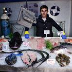 """Рибата е в СлавовциТака твърдят в този магазин, това е и името му във Фейсбук. Магазинът е на 8 години. От него се зареждаше щандът на Халите. Намира се на самия път, което може би не е най-приятното, но е удобно за намиране. Квартал Славовцина в град Нови Искър е бившето село Славовци. Намира се в началото на Искърското дефиле на 8 километра северно от София.В магазина обикновено изборът е между 30 - 40 риби, максимумът е 50. Почти всички идват от рибарите в Катерини или рибната борса в Солун, до където се ходи два пъти седмично. Съотношението гръцки - български риби е 90:10. Обяснението: в мръсно море и реки плюс бракониери няма как да има риба Две еднометрови щуки плуват в аквариума, а подът постоянно е заливан с вода от маркуч. В другата част на магазина се готвят рибите - пържат се, пекат се, мариноват се.Освен чирузите, маслините и салатите като мезе се предлагат кайзеровани пастърми от риба, направени на място. Основните клиенти са местни и виладжии, но има и заклети клиенти, които идват специално от София заради богатия избор.""""Искърско дефиле"""" 39088 730 5504"""