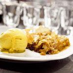 Вечерята завърши с вкусен тиквеник с орехи и прясно направено джелато.