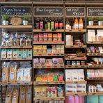 """Пресичаме по диагонал и сме пред Food Folie (ул. """"Шипка"""" 43).Food Folie започват като вносители и он-лайн магазин, но от месец са и реален магазин за гурме и био храни. Тук е пълната линия продукти на """"Гурменица"""", на гръцкия производител на маслини и зехтини Gaea, холандската Bio Today, BioItalia. Секциите са био, подправки, консервирани, тестени и зърнени храни, меса и колбаси, сирена. Място да се отбиете, независимо дали за мариновани марокански лимони, шоколад, пъдпъдък или петле."""