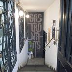"""Веднага след Atelier идват """"33 гастронавтa"""" (ул. """"Асен Златаров"""" 14). На това място беше един от първите частни ресторанти след 1989 г. - """"33 стола"""", намиращ се в мазето и двора на къща - паметник на културата. Ресторантът започна, и продължава да поддържа по-приключенска кухня. Ценното е, че стремежът е да се избегнат масовите продукти и до болка познатите рецепти: тук ще ви предложат рак с мека черупка, заек, пъдпъдък, новозеландски зеленоусти миди, шакшука, кадаиф с козе сирене.През лятото тротоарът е пълен с маси и от двете заведения, и заедно със светещите крушки през летните вечери, двете оформят истинско """"гастро"""" кьоше."""