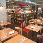 """Отсреща се намира Forno Chipollini ( ул. """"Оборище"""" 36 А).Италиански ресторант с пици, пасти, антипасти, ризото, салати, печени меса, десерти. Тук идват заклети и постоянни клиенти, за които дори може да се каже, че са един разширен приятелски кръг. Най-важното, което трябва да се знае тук е, че шефът - във всякакъв смисъл - е тосканецът Анджело Чиполини. Държи на качеството на всяка порция, а на тезгяха си държи La scienza in cucina e l'arte di mangiare bene от Пелегрино Артузи: Библията на италианската кухня."""