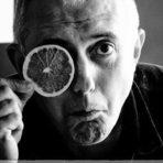 """Професионалният път на Илиян Илиев започва като фотограф-журналист, преди да се премести в Лондон и да започне нова кариера в сферата на комерсиалната фотография. През годините е развил собствен уникален стил на заснемане, в който залага на артистичния си нюх. Той има над 30-годишен опит в кулинарната фотография, работил е със списания, с големи търговски вериги и в сферата на рекламата на местно и на международно ниво. Публикувал е две книги, които са наградени с Best in the World от конкурса Gourmand International. Илиян Илиев работи от студиото си в Кеймбридж, а два пъти в годината води курс по кулинарна фотография в HRC Culinary Academy в София.Лекцията му ще бъде озаглавена """"Усещане за храна"""", в която ще сподели опита си в кулинарната фотография, новите трендове и различни техники, които обича да използва в работата си.Можете да купите куверт от сайта на събитието тук."""