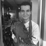 """Симеон Петков е завършил Професионалната гимназия по туризъм в София, след което прекарва година в колеж в Кеймбридж с профил Hospitality. Професионалният му опит преминава изцяло в чужбина. Работил е в няколко ресторанта в Лондон - Orrery, Texture (1 звезда Мишлен) и Тhe Greenhouse (2 звезди Мишлен). Следва година в Restaurant Mirazur, Menton, France (2 звезди Мишлен), а в момента шефПетков е Chef de Partie в Restaurant Regis et Jacques Marcon, Франция (3 звезди Мишлен), което определя и като най-големия си успех до момента. Европейската висока кухня обаче не изчерпва интересите му и като своя любим кулинарен регион той сочи Азия.Във формулата за професионален успех Симеон Петков дава предимство на човешкия фактор - работа в екип, добра комуникация, професионална отговорност и дисциплина, и го допълва с упоритост. Доброто ястие за него е балансирано, а добрият ресторант има ясна и правилна концепция. А посланието му към млади готвачи е да не се предават, да останат здраво стъпили на земята и никога да не забравят от къде са тръгнали.Симеон Петков ще приготви салатата по време на церемонията Ресторант на годината - сезонни зеленчуци, желе от билки, консоме от горски гъби. """"Едно ястие е изцяло завършено и успешно когато има пълен баланс и хармония между вкусове, текстури, техники, цветове и аромати"""", споделя ни той. """"Кубчетата гъби са основата на ястието, всеки зеленчук придава текстура, нежният крем от целина и фенел трябва да гали небцето, желето от билки е свежият компонент, а топлото консоме комбинира всичко и е завършващият елемент!"""".Повече информация за менюто, събитието и как да закупите своя куверт може да намерите на сайта на Ресторант на годината или на фейсбук страницата на събитието."""