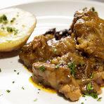 Основното ястие беше свинска плешка, задушена с пушени гърди, вино и сини сливи, поднесена с картоф фондан. Сочното и крахко месо издаваше прецизната обработка, на която е било подложено, преди да стигне нашите чинии. Ястието, вдъхновено от класическите френски рагута, беше съвършен баланс между между месните вкусове и плодовия на сливата.