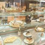"""Cakey Bakeyул. """"Шипка"""" 5Дебютът на Cakey Bakey е преди пет години на ул. """"Искър"""". Преди две отвориха и на """"Шипка"""", а вече имат и трети магазин. Явно формулата работи, а тя е съвсем ясна: мястото е посветено на кафето, сладкишите и печивата. Най-ценното е, че тук се опазва качеството и се спазва стандартът. Няма значение дали при тортите, кексовете, сладките и соленките, пайовете, кишовете, бриошите и хлябовете."""