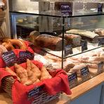 """Ma Bakerул. """"Шейново"""" 8АMa Baker e кафене, пекарна, фурна, и сладкарница. Но преди всичко е едно елегантно място за много добри сладкиши, сандвичи и хляб. Ценното тук е, че може да се разчита на наличност. Със сигурност ще намерите сандвича, който си харесвате, или любимия си хляб. Сладкишите, кексовете и сладките са с безкомпромисно качество. И така вече осем години."""
