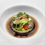 """СалатаСезонни зеленчуци, желе от билки, консоме от горски гъбиСимеон Петков, Regis et Jacques Marcon, Франция:""""Едно ястие е изцяло завършено и успешно, когато има пълен баланс и хармония между вкусове, текстури, техники, цветове и аромати.Кубчетата гъби са основата на ястието, всеки зеленчук придава текстура, нежният крем от целина и фенел трябва да гали небцето, желето от билки е свежият компонент, а топлото консоме комбинира всичко и е завършващият елемент!"""""""