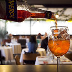 Вечерята започна с освежаващ Aperol Spritz, предоставени от партньорите ни Maxxium Bulgaria, а Петър Петров, бранд мениджър на Aperol, ни разказа повече за историята и рецептата на коктейла.