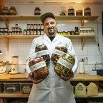 """Chilli Hills Farm е малка, семейна ферма в сърцето на Плана планина, с. Кокаляне. Специализирана е в отглеждането на над 60 вида от най-лютите чушки в света, както и представители на традиционни български сортове.Собствената линия """"Бalkan Hot Sauce"""" налага първият лют сос в България, който е и официално най-лютият продукт в страната.Всички продукти на Chilli Hills са 100% натурални, без съдържание на консерванти, оцветители и сгъстители. Продуктовата гама надхвърля 40 различни артикула и включва интересни продукти като люта занаятчийска бира, люта ракия, люта гурме сол, лют зехтин и много други, като разбира се и най-лютите чушки в света.Със специалното отношение към качеството на продуктите и утвърждаване на собствен бутиков стил на работа, Chilli Hills се превръща в етикет на качество и лидер на лютия пазар в България.Продуктите на марката могат да бъдат намерени освен в собствения фирмен магазин на ул. """"Солунска"""" 29, така и в над 150 обекта в страната, в реномирани супермаркети, магазини за изцяло натурални храни и продукти, качествени деликатесни магазини, редица гурме ресторанти и на селектирани базари и изложения. От лятото на 2017 година асортиментът на Чили Хилс се предлага вече и извън пределите на страната.Магазин Chilli Hills: София, ул. """"Солунска"""" 29Instagram: Chilli HillsFacebook: Chilli Hills Farm Tel: +359 878291211Фотограф: Яне ГолевВсичко за Bacchus StrEAT Fest 2 вижте тук.Купете онлайн билет от тук:"""