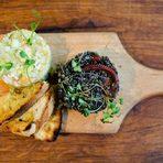 Отново на живо, пред очите ни, на Бакхус StrEAT Fest майсторите готвачи на ресторанта ще приготвят:✤ Пица Неро с мастило от сепия, скариди, чери домати, рукола и фиордилата✤ Лазаня с див лаврак, скариди и пармезанови трохи✤ Критарки със скариди, черноморски миди, октопод и чери домати✤ Брускета от черна багета с активен въглен, крем от авокадо, маринован октопод и чери✤ Брускета с домати, моцарела, зехтин, босилек и маслини таджаска✤ Шишчета от жълти и червени чери домати с бокончини и песто✤ Шишче от скариди с фреш от лайм✤ Кюфтета от телешко месо от порода Шароле с пеперончини, пармезан и черен пипер✤ Пилешка наденица с фенел✤ Свински ребра агродолче по сицилианска рецепта✤ Тирамису поднесено в шоколадово яйце✤ Касатина Сичилиана с марсала✤ Селекция от италиански сладоледиВсичко за Bacchus StrEAT Fest 2 вижте тук.КУПЕТЕ БИЛЕТ ОНЛАЙН »
