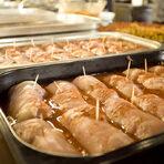 Основното ястие беше по семейна рецепта, любима и на децата на Тюркан - пилешка пържола с пастърма и кашкавал на фурна, гарнирана с пилав с шехрие.
