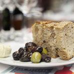 """Вечерята започна с комплимент от """"Братя Хлебари"""" - кошница хляб, масло с яйце и сирене, и мариновани маслини."""