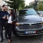 С тази вечеря продължихме и играта, която организираме с партньорите ни от Volkswagen.На случаен принцип избираме печеливш, който заедно с приятелите си може да се възползва от превоз до ShowHow Томеко и обратно s Volkswagen Arteon, докато си казва наздраве с охладена бутилка Veuve Clicquot./Снимка: Цветелина Белутова/