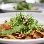 Вечерята продължи със салата Фатуш - прекрасна свежа комбинация от зеленчуци с пържен арабски хляб, овкусени с дресинг от суммак, лимон, джоджен и зехтин.