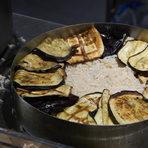 Маклубе представлява обърната торта от ароматен ориз с пилешко месо, обвити в патладжан и украсени с агнешка кайма и фъстъци.