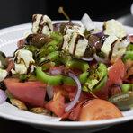 Този висок старт подготви следващото предложение: критска салата и пържена сиврия. Знаем, че основната опорна точка на гръцката кухня е пресният продукт - оттам тръгва всяко ястие.