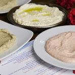 """Вечерята беше открита с вездесъщата """"света троица"""" на гръцките разядки: тиросалата, мелидзаносалата, тарамосалата. Хлябът за тях беше пристигнал от пекарна Kostas, а ципурото Idoniko - от изба Коста Лазариди, която свързваме повече с виното, но още от 1992 г. там се произвежда стопроцента натуралното ципуро с анасон. Това споделиха партньорите ни от Трансимпорт, които предоставиха ципурото."""