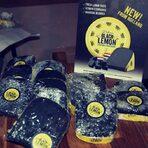 Черно сирене Dilano Black Lemon на холандската фирма Van der Heiden Kaas (vanderheidenkaas.nl), с вкус на лимон и черен пипер и обогатено с витамин D.Цялата статия може да прочетете тук.