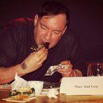 Членът на журито Марк Алън Грей опитва мибап - сандвич, вдъхновен от тайванския стрийт фуд.Цялата статия може да прочетете тук.