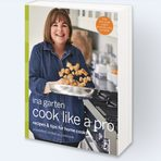 """Ina Garten Cook Like a ProАйна Гартен, или Босата контеса, е позната и на българските зрители на Food Network с мекото си излъчване и сърдечната усмивка, с която готви за приятели или съветва напълно непознати по кулинарни въпроси. Нейната сила е в неизчерпаемия запас от трикове, които правят готвенето едновременно по-леко и по-сполучливо. В Cook Like a Pro също се съдържат разнообразни """"пищови"""" - например в раздела за печене на десерти Айна обяснява, че е добре при приготвянето им да използвате яйца със стайна температура. А ако сте забравили да ги извадите навреме от хладилника, просто ги оставете да постоят в топла вода 5 - 10 минути. Ценно е и приложението със заместители - какво да използвате, ако случайно ви липсва определена съставка. Тук е публикувана и рецептата, с която Босата контеса се гордее най-много - торта с рикота и свежи смокини."""