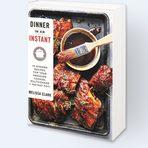 """Melissa Clark Dinner in an InstantКолумнистката на """"Ню Йорк таймс"""" Мелиса Кларк казва, че най-трудната съставка за набавяне, за която и да било рецепта в делнична вечер е времето. Ето защо последният й подарък за заетите градски хора е тази книга с рецепти, разработени специално за дистанционно готвене с Instant Pot."""