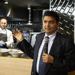 """""""Индия е голяма страна, населението й е на второ място след Китай, в нея се говорят много и различни езици, а колкото до кухнята - има над 40 вида регионални кухни, и над 40 вида /само базови/ подправки."""" С тези думи г-н Хардеш Гири от Индийското посолство в България откри първата за """"Бакхус"""" индийска вечеря.Гост-готвач беше шеф Пракаш Мишра от софийския ресторант """"Шафран""""."""