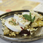 Пиршеството за всички сетива завърши с десерта: иляичи панакота - млечен десерт с кардамон на прах, поднесен върху крамбъл от нахутено брашно и ядки, гарниран със сладко от горски плодове, пюре от манго, сребърно фолио и мента. Едно предложение, което показа културните и кулинарни мостове, които съвременна Индия е изградила с останалия свят.