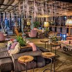 Коктейл бар The Hub се подвизава на необичайно място - пети етаж в бизнес сграда. През деня това е панорамното арт кътче на гр. Монтана, където гостите могат да изпият чаша кафе с лека миксирана напитка, докато се наслаждават на уютен винтидж интериор под звуците на отпускаща музика. Дойде ли вечерта, обаче, The Hub се превръща в център на северозапада, който предлага разнообразни преживявания - от музикални вечери с гостуващи банди и DJ-и, през Stand Up Comedy, та до театрални спектакли. Водещи в менюто са коктейлите, приготвени със сезонно подбрани локални продукти и щипка екзотика.✦✦✦☛ ВХОД: 20 лв.* с включена консумация на коктейл по избор и сет от три уникални хапки. 30 март, Sofia Event Center.☛ Вижте повече информация и купете своя куверт още сега на bacchus.bg/top