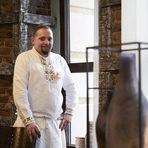 """За Георги Бойковски чухме за първи път през 2016 година. До този момент той е учил висша кулинария в Escuela Universitaria de Hostelería y Turismo San Pol de Mar (EUHT StPol) в Жирона. Следва школата за ресторантско сладкарство Espai Sucre в Барселона, а после - работа в прочутата Celler de Can Roca – RocaMoo, където работи като сладкар. Минава и през DiverXO в Мадрид като главен сладкар. Следва стаж в Noma в Копенхаген, и накрая - София.""""Бакхус"""" беше поканен да гостува в ресторант """"Кармаре"""", последният проект на Бойковски, който отвори врати на 7 януари. Но тъй като името му стана известно преди всичко с ресторант """"Космос"""", затова и първият ни въпрос е какво е различното тук: """"Космос"""" направиха първата стъпка. Без """"Космос"""" нямаше да има """"Кармаре"""". Ние надграждаме това, което е в """"Космос"""", и след новата българска кухня дойде редът на прогресивната българска кухня, тя е изцяло сезонна, с нулево изхвърляне, динамична - за два месеца три пъти сменихме менюто в зависимост от продуктите"""".""""Кармаре"""" е проект, който тепърва ще се разгръща, но започва с уникална концепция както по отношение на храната, така и като организация и бизнес структура. Ресторантът отвори със следната заявка:""""Нашата цел е да покажем традиционната българска трапеза, останала запечатана в съзнанието ни и пренесена във времето, в което съществуваме. Живеейки тук и сега, ние можем да покажем красотата на храната, поднесена по начин, който никога не сте очаквали. Ще представим нашето разбиране за прогресивна кулинария, което ще запечата у всеки усещане за цялостна наслада на сетивата""""."""