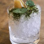 """Към всяко меню се предлага и винена селекция, но ако предпочитате коктейлите, има интригуващи предложения като """"Булевардие"""" - 12 г. сливова ракия с печени и пушени кестени, хрян вермут, ликьор, пияна вишна; """"Блъди Мери"""" - текила Репосадо, лакто домати, зелев сок, лют червен пипер; """"Негрони"""" с джин, кампари, суроватка със смокини и лавандула."""