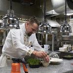 """Отправяме се надолу към кухнята. """"Това е първата кухня без санитарен фаянс. Кухнята е с тухли, намазани за дезинфекция с разливно стъкло, като така запазваме автентичния вид на помещението, което е от 1933 г."""", пояснява Бойковски. В кухнята видяхме стъпка по стъпка как се приготвят """"Миди на тенекия"""", вдъхновени от старите бургаски рецепти. Наблюдавахме на живо, заедно с коктейл джин-тоник с лакерда от паламуд и девесил.Снимките разказват най-добре за нея, Бойковски ни предостави и точната рецепта.Както казахме, """"Кармаре"""" е проект, който тепърва ще се разгръща в различни посоки. Това, което непосредствено предстои, е откриването на тераса в задната част на къщата, в дъното на която ще има оранжерия. Преди всичко, обаче, """"Кармаре"""" ще останат верни на кредото си:""""В """"Кармаре"""" представяме прогресивна българска кухня. Храната е втъкана в гените ни и за това ние взимаме много насериозно традициите и навиците на нашия народ. Решили сме да използваме цялото разнообразие на продукти, растящи по нашите земи""""."""