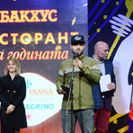 """Екипът на Мулти Култи (Пловдив) приема наградата си в категория """"Нова вълна: Брънч-ресторант""""."""