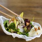 """Hamachi-ni означава """"Hamachi две"""" и """"към Hamachi"""", а много скоро ресторантът ще навърши и една година на новото си по-централно място на ул.""""Г. С. Раковски"""" 179. Интериорът съчетава модерен дизайн с открита кухня и зона в традиционен японски стил.Менютата са две и също представляват микс от класически суши предложения и модерна японска кухня. А под модерна японска кухня в Hamachi-ni разбират възможността да кривнат от правия път на традиционната кухня и нейните стриктни правила и кулинарни практики в посока фюжън. Храната е базирана на комбинации от японски продукти, но се презентира по съвременен европейски начин.Следете ни последните новости във Facebook »Всичко за Bacchus StrEAT Fest вижте тук. »Купете билет онлайн от тук"""
