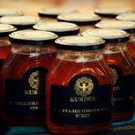 """Семейство Курдови позиционират един изцяло нов пазарен продукт – мед в еднократна лъжичка. Пчелният мед е пакетиран в еднократни дози под формата на лъжички. Всяка лъжичка съдържа 10 гр. мед. Това е едно иновативно решение, което е много удобно при консумацията му в комбинация с различни видове храни и напитки. Този вид опаковка позволява медът да бъде изконсумиран дори и в кристализирано състояние.""""Изненадaн съм от факта, че много деца преоткриват меда, благодарение на нашите лъжички, възприемани от тях като близалки.""""- Наско КурдовСледете ни последните новости във Facebook »Всичко за Bacchus StrEAT Fest вижте тук. »Купете билет онлайн от тук"""
