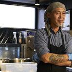 Генджи е един от най-нетипичните корейци, напук на консервативността на родината си - скейтър, байкър и любител на адреналина; с различна прическа всяка година - от гребен до дълга коса и брада; спонтанен и обичащ да експериментира, той отваря собствен ресторант в Сеул, където на свобода живее и твори в кухнята. Един ден покрай заведението минава едно момиче, което той е убеден, че е жената на живота му. Няколко години по-късно, те са щастливо женени, живеят в София и Генджи отново твори и прави любимото си нещо, а именно - да готви.Генджи се занимава с ресторантьорство от повече от 15 години, като държавите, където е работил са толкова разнообразни като видовете му заведения. Живял е в Южна Корея, Гуам, Белгия и България. Имал е изакая (традиционна японска кръчма), food truck, а в Сеул започва собствен ресторант с авторски рецепти за пилешко месо, който се разраства във франчайз. Едноименното му заведение в София се фокусира в корейския и японския стрийт фууд, като желанието на Генджи е да разнообрази средата.
