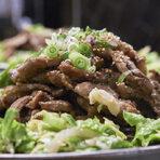 Основното ястие беше Калби - маринована свинска вратна пържола в продължение на 48 часа. Като гарнитура, то беше сервирано със зелена салата с краставици и сусамово масло, както и с ттокбоки - кексчета от оризово брашно в лютив сос.