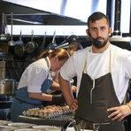 """Ивайло Миров се занимава професионално с кулинария едва от шест години, но за това време е натрупал солиден опит сред екипите на хотел """"Хилтън"""", частният """"Резидънс клуб"""", а от година и половина работи като су шеф в посолството на Република Франция в България. Ивайло е имал възможността да направи и стаж в Министерство на външните работи на Франция, където е научил тънкостите на френската кухня от местни шеф-готвачи. Освен с работата си в посолството, той се занимава и с организирането на различни събития и тематични вечери заедно с добре познатия на кулинарната ни сцена шеф Антоан Верест, два пъти носител на наградата на списание """"Бакхус"""" """"Ресторант на годината""""."""