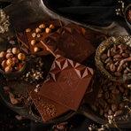 Идвайки от Белгия, страна с дългогодишни традиции в правенето на шоколад, Винсент се захваща с предизвикателството да започне производство на бутиков bean-to-bar шоколад заедно със своята партньорка, Ели. Уповавайки се на професионалните си инстинкти, а също и на своите три десетилетия опит във висшата кулинария, той е решен да предлага най-качествения и безкомпромисен ръчен шоколад, направен само от най-внимателно селектирани био съставки. Тайната на създаването на шоколад bean-to-bar /от суровото какаово зърно до готовото шоколадовото блокче/ са какаовите зърна! Именно със своите уникални вкусови характеристики, суровите какаови зърна от различни страни на произход са фокуса и главният герой в историята на шоколадите ChocoLeya. Какаото преминава през многобройни ръчни манипулации – сортиране, изпичане, изчистване от обвивката и начупване, смилане, рафиниране, кончиране , темпериране и най-накрая формиране, преди да се превърне в изкусително шоколадово блокче.Винсент и Ели вярвят, че вкусовете, ароматите и текстурата трябва да се допълват по вълшебен и хармоничен начин и създават шоколадите си именно така. Точно тази идеология е и двигателят на ChocoLeya - любителите на шоколада вече могат да се насладят на превъзходен шоколад, създаден за истински ценители.Понякога, ако нещо е твърде хубаво, за да е истина, то това е ChocoLeya!По време на Бакхус Коледен Гурме Базар ще може да опитате :🍫 Био, bean-to-bar, ръчно направен шоколад на блокче – с проценти на какао от 85%, 72%, 62%, 60%, 40%, джандуя и бял шоколад.🍫 Tъмен и млечен био течен шоколад🍫 Техните специални подаръчни празнични кутииВсичко за първия Бакхус Коледен Гурме Базар вижте тук.Научавайте новостите за събитието във Facebook.Купете билет онлайн с намаление тук.