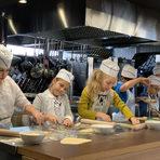 """""""Да сготвим щастие в кухнята на Светулка"""" е детска академия за любители готвачи, в която ще покажем на децата как лесно, бързо и с много настроение да си приготвят здравословна храна в домашни условия, като преди това сами са избрали най-качествените продукти. По време на курса ще научим малките готвачи как да пазаруват, как да съчетават правилно продуктите и да ги обработват, за да запазват полезните им свойства. Ще събудим у тях чувството за естетика по отношение на сервиране и хранене. Ще покажем основите за правилно поведение на масата. И всичко това, съчетано с много забавление и добро настроение.Рождени дни с готвене. Направете рождения ден на вашето дете едно незабравимо и специално преживяване. Рожденикът ще бъде истински masterchef в кухнята. Рецептите, които сме избрали предварително, се разработват и тестват от нашите готвачи, специално за децата. Ние не си играем на готвене, ние творим и празнуваме!МЯСТОТО Демонстрационният център за професионално кухненско оборудване ShowHow на ТОМЕКО е интересно и нестандартно пространство. Кухнята му е оборудвана с пълна гама от уреди и най-новите технологии в областта. Салонът е изграден изцяло от естествени материали, с уютна и стилна атмосфера и може да събере до 75 гости със седящи места. Демонстрационният център е проектиран така, че всеки от гостите да може да надникне зад кулисите на професионалната кухня и да наблюдава как шеф-готвачи творят кулинарните си шедьоври.ShowHow е място за срещи на професионалисти и почитатели на кулинарното изкуство, Избрахме ги заради въведените високи стандарти, отлично подготвения екипи, огромния потенциал на обекта, което ни дава възможността да разгърнем идеите си. Всичко за първия Бакхус Коледен Гурме Базар вижте тук.Научавайте новостите за събитието във Facebook.Купете билет онлайн с намаление тук."""