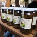 KiwiBg е малка семейна ферма в подножието на планина Беласица.Специализира е в отглеждането на плод киви, имат насаждения от 5 дка. Засадени през далечната 1978. KiwiBG е първата в България, която преработва плода киви и предлага на своите клиенти - сладко от киви, плодов чай с киви, Сушено киви, Шоколад с киви. Разработва и Лимитирана козметична серия- натурални сапуни за тяло с киви. Основната цел на семейната ферма е да опази насажденията с киви в Петрич, да популяризира в България добрата и здравословна храна. Отглежданите плодове киви са чисти от химия, предлаганите хранителни продукти са без консерванти и подобрители.Новите им продукти, които можете да закупите на Бакхус StrEAT Fest са:✤ плодов оцет от киви✤ биволско френско сирене с киви чипс ✤ ОВЧИ кашкавал с киви чипс