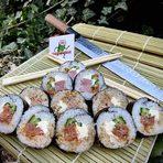 """""""Булгамекс 3"""" ООД е български производител на иновативни суши сандвичи със собствен дизайн и марка. """"Sushi2walk"""" е нова на пазара и е създадена с идеята да допълни потребителското търсене на полезна храна за бързо хапване. Във формата на суши сандвичи тип """"бурито"""" и с оригиналните си авторски рецепти, продуктите им се приветстват от всички клиенти. На Бакхус StrEAT Fest ще се прдставят с: ✤ Суши сандвич Сьомга✤ Суши сандвич Тон ✤ Суши сандвич Пуешка шунка✤ Суши на хапки✤ Чираши суши ✤ Японска супа Мисо ✤ Салата Уакаме ✤ Салата Уакаме с моркови"""