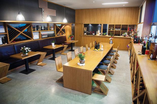 """""""Драгомир"""" Наричат изба """"Драгомир"""" градските винари, тъй като те са базирани в Пловдив - поне докато стане готов комплек-сът, който строят в едноименното село.Помещението за дегустации е с модерен интериор, с усещане за добър ресторант, но най-важното – тук отговорите на въпросите как се произвежда виното, къде ферментира, в какви съдове отлежава, как да се науча да дегустирам и т.н., се дават лично от двамата изключително дружелюбни собственици на винарната, които са и създателите на вината.В приятната обстановка на дегустационната зала с чаша в ръка може да се проследи и целият технологичен процес на превръщането на гроздето във вино.Посещението в градска винарна има куп предимства, едно от които е, че космополитният Пловдив не би оставил да скучае нито един гост.За повече информация: www.dragomir.bg"""